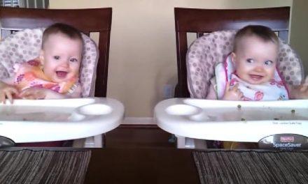 Unos bebés gemelos con mucha marcha