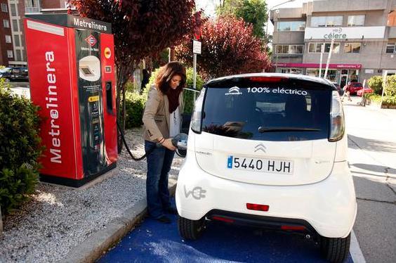 Cargar coches eléctricos aprovechando el frenado del metro