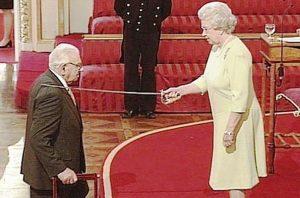 Nicholas Winton siendo nombrando Caballero por la Reina de Inglaterra. Foto: nicholaswinton.eu