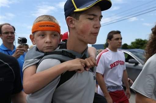 Los hermanos Hunter y Braden Gandee caminando en una prueba que ellos mismos crearon y que les cambió la vida.