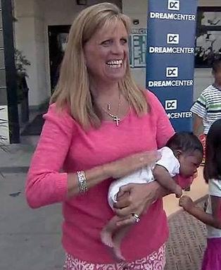 Alena Strickland con uno de los bebés a los que ha cuidado durante su vida.