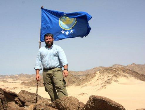 Jeremiah Heaton viajó hasta el territorio que reclamó formalmente plantando la bandera diseñada por sus hijos.