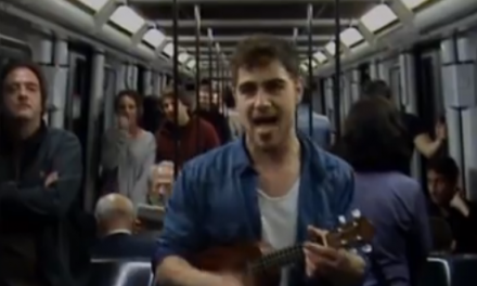 Canta su currículum en el metro