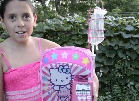 Niña superviviente de cáncer diseña mochila que mejora el tratamiento de quimioterapia