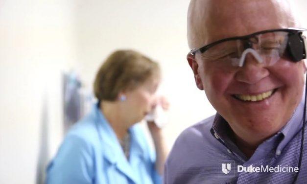 Un hombre ve a su mujer por primera vez gracias a un ojo biónico