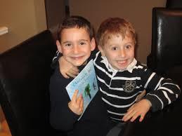 Un niño de ocho años recauda 1 millón de dólares para ayudar a su amigo
