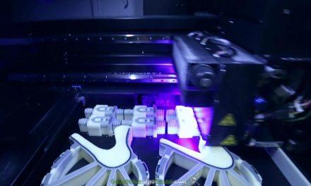 Logran que un perro que no podía caminar corra por primera vez con unas prótesis creadas con impresora 3D