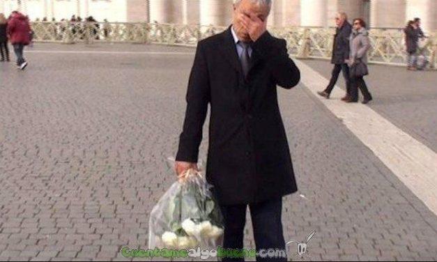 El hombre que disparó contra Juan Pablo II le lleva flores a su tumba
