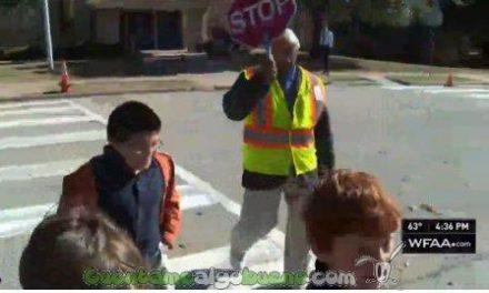 Padres de los alumnos de un colegio le regalan un coche al jubilado que ayuda cada día a que sus hijos crucen la carretera