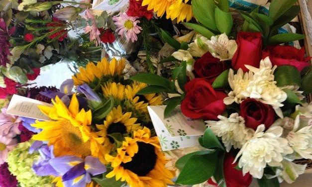 Voluntarios de Oregon crean ramos con flores no vendidas que regalan a pacientes terminales