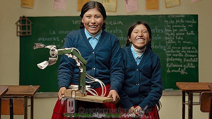 Dos niñas campesinas bolivianas crean un brazo robótico hidráulico con material reciclable
