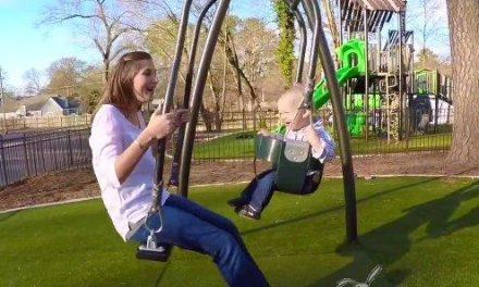 Crean un columpio para que papás y bebés se mezan a la vez
