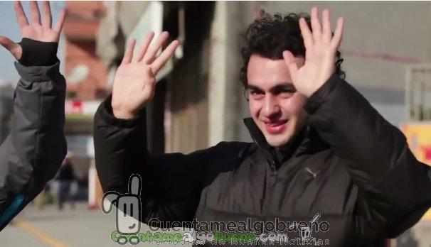 Conmovedor anuncio: aprenden el lenguaje de signos para sorprender a un paisano sordo