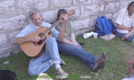 Graban en un estudio la canción de un músico callejero sin techo