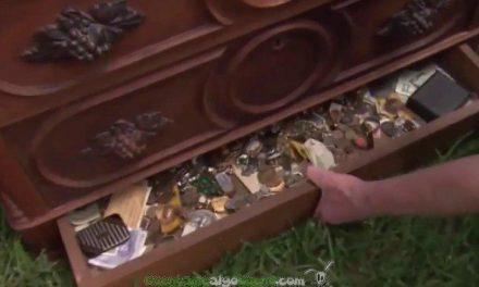 Encuentra un tesoro en un cajón oculto en un tocador que compró y lo devuelve a sus legítimos dueños