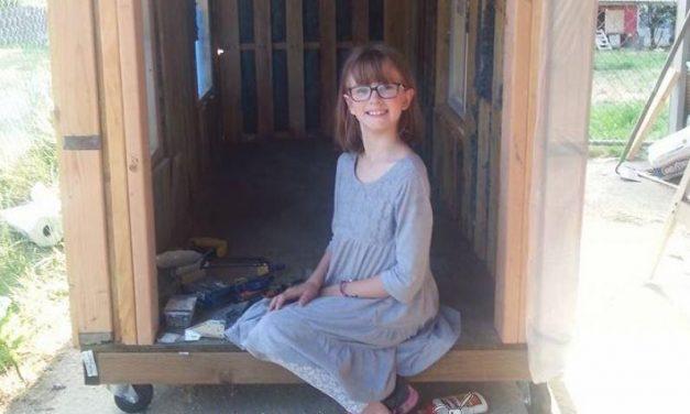 """Una niña de nueves años construye albergues portátiles porque """"nadie debería dormir fuera"""""""