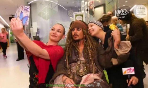 El verdedaro Captain Jack Sparrow visita a unos niños con cáncer en un hospital australiano