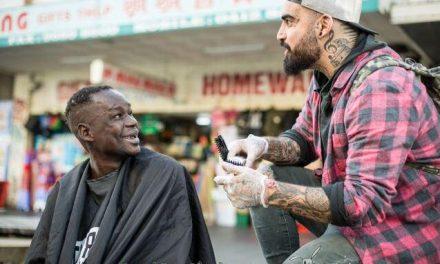 Y al Séptimo día… el barbero corta el pelo gratis a personas sin techo