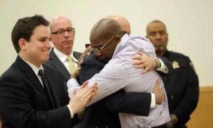 Cientos de personas anónimas ayudan a un hombre inocente que pasó 24 años en prisión