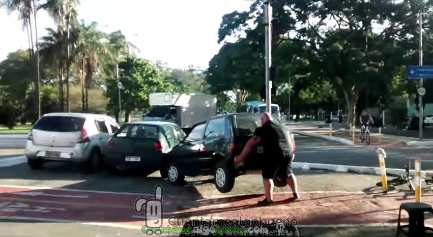 Ciclista se encuentra con un coche ocupado en el carril bici… y lo retira a pulso