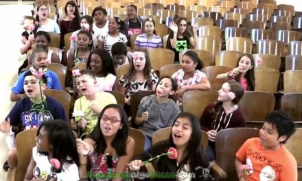 El coro de la escuela sorprende a su profesora con cáncer de pecho