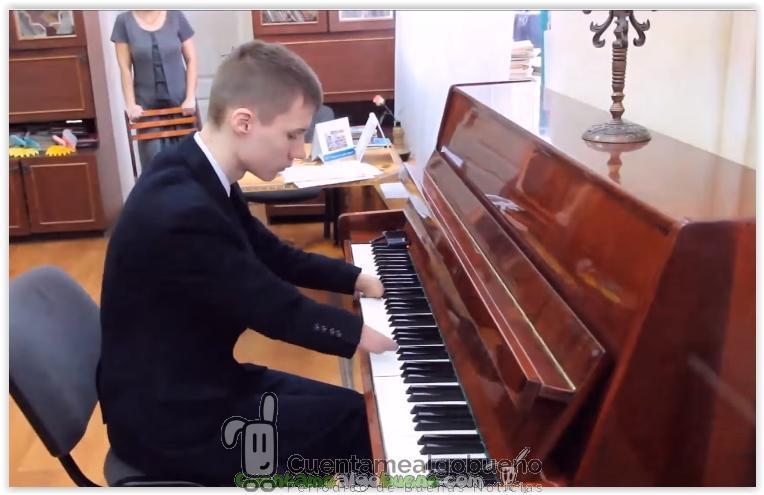 Un chico que nació sin dedos toca el piano como nadie