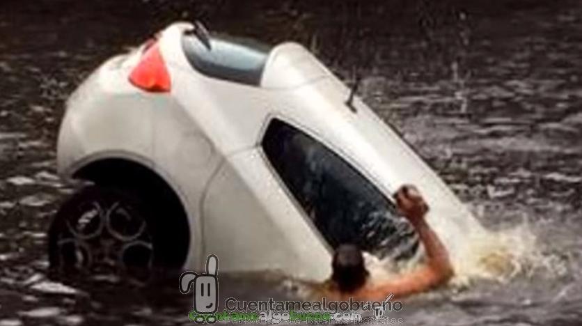 Rescatan a una mujer y a su bebé de un coche que se hundía en un canal de Ámsterdam