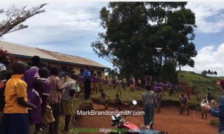Niños africanos ven un dron por primera vez