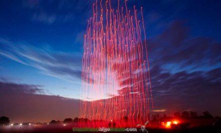 Espectaculo de drones imitando fuegos artificiales