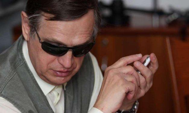 Crean un móvil con pantalla táctil para ciegos