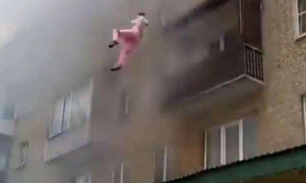 Vecinos salvan la vida a una familia rusa que saltó de un edificio en llamas