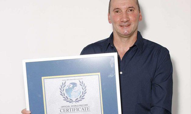 El nadador Carlos Peña récord mundial de natación extrema a espaldas