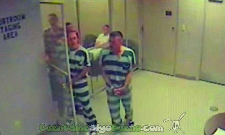 Grupo de presos se escapa del calabozo para salvarle la vida a su celador