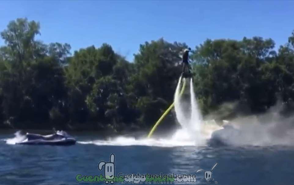 Apaga el incendio de una embarcación volando sobre el agua con un flyboard