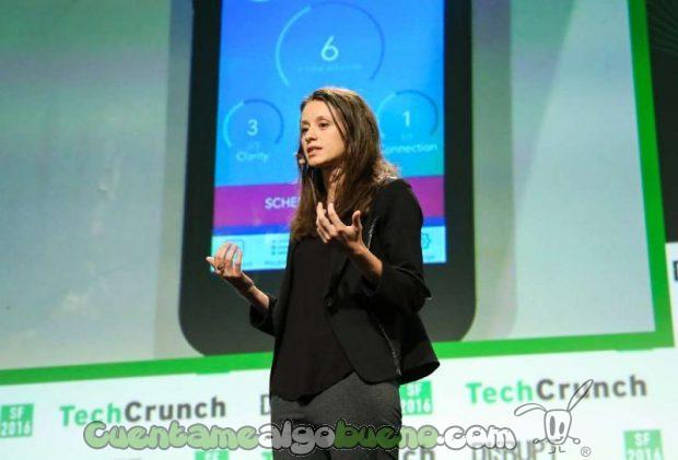 Daniela Luzi Tudor en una charla explicando la aplicación Weconnect.
