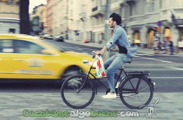 A este hombre que pasea con su bicicleta por Estocolmo, poner su bicicleta a punto le podrá salir más barato gracias a esta medida. Foto de chuddlesworth.