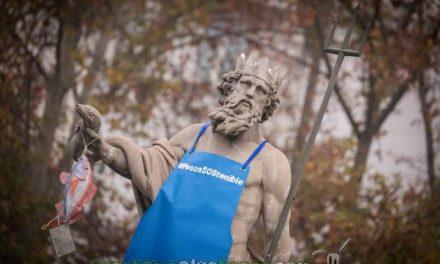Greenpeace viste a la estatua de Neptuno de pescadero para exigir el correcto etiquetado del pescado