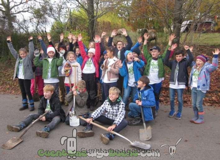 Jóvenes plantando árboles por un mundo mejor
