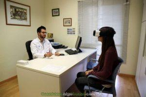 El Dr. Juanfran Serra y una paciente. Foto: Vall d'Hebron Barcelona Campus Hospitalari.