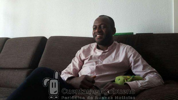 Alain Diabanza en el salón de su casa. Foto: Natalia Sepúlveda Reina.