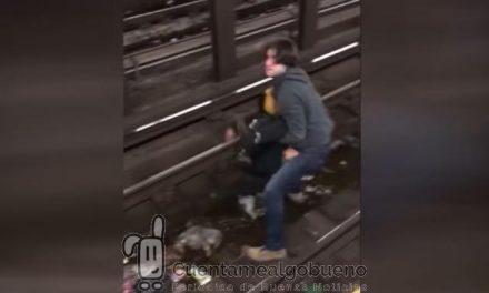 Rescata a un hombre inconsciente de las vías del metro