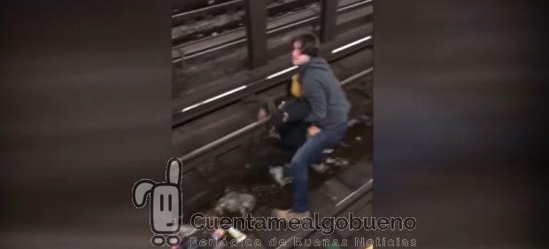 Momento en el que Jonathan Kulig rescata a una persona inconsciente de las vías del metro de Manhattan.