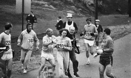La primera mujer en correr la maratón de Boston haciéndose pasar por un hombre vuelve 50 años después