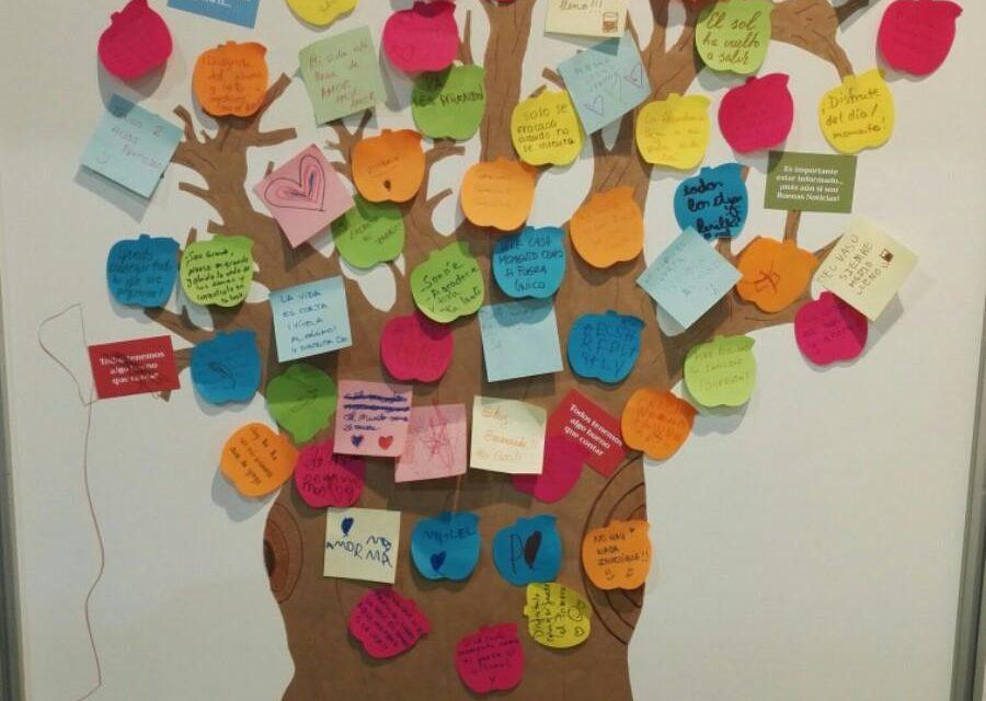 Un árbol lleno de mensajes positivos