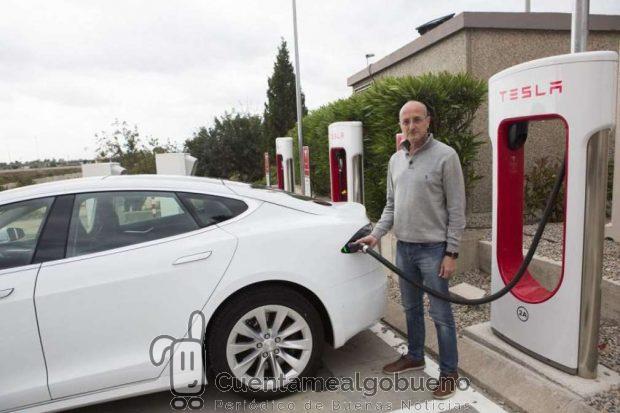 El valenciano Aland Bru con su Tesla Model S. Foto: 20 minutos.