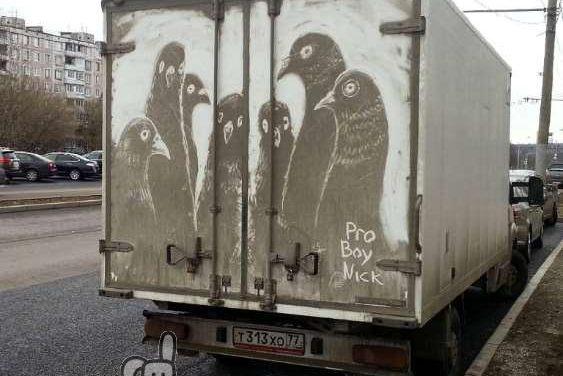 Un artista ruso hace obras de arte con el polvo de los coches