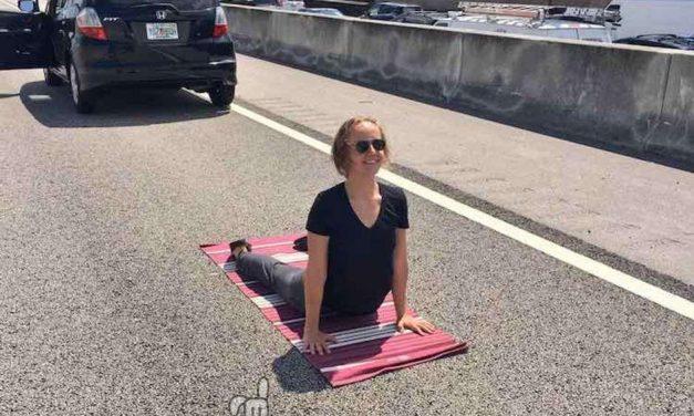 Queda atrapada en un atasco y decide practicar Yoga en mitad de la autopista