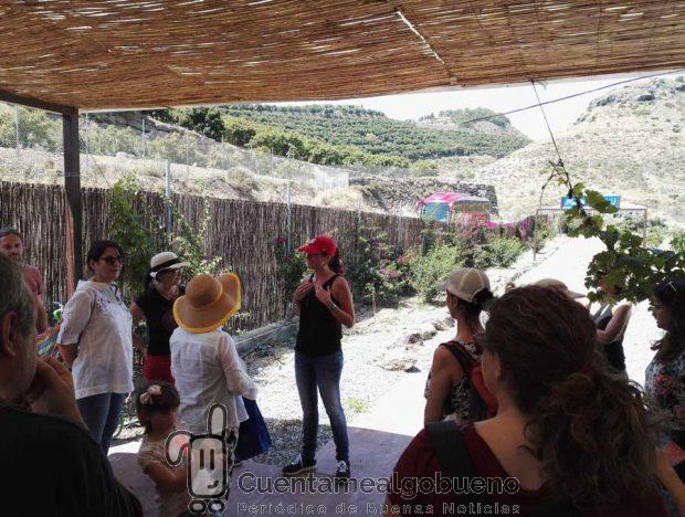 Rocío Espinosa inicia la visita guiada a la huerta.