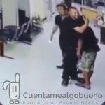 Policía reduce a un atracador armado con cuchillo dándole… un abrazo