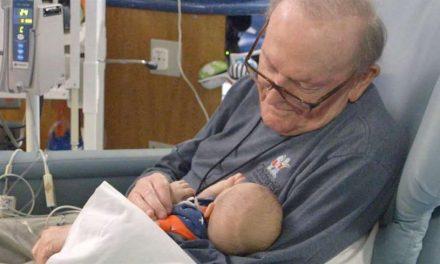 Conoce al abuelo que pasa la noche arropando a bebés prematuros